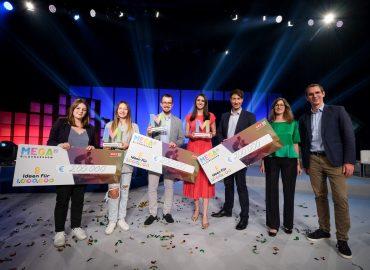 Die Siegerteams gemeinsam mit Andreas Lechner und Sonja Zimmermann von der MEGA Bildungsstiftung, (c) ORF/Hans Leitner